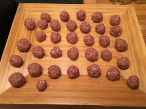 Etwa 30 walnussgroße Fleischbällchen formen